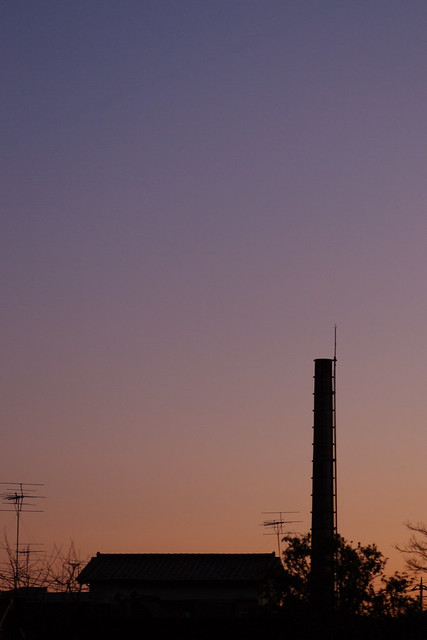 夕暮れ空の煙突