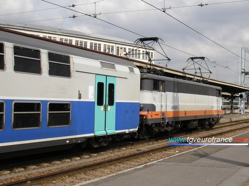 Une locomotive électrique BB 9700 SNCF en tête d'une rame V2N à Paris-Gare de Lyon quelques mois avant sa radiation
