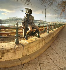 Budapest - 07-01-2007 - 14h33 (Panoramas) Tags: statue bronze de point geotagged hungary budapest perspective duna vanishing danube breathtaking marton ptassembler donau laszlo danau kis fuite hongrie etiennecazin interestingness152 i500 korzo smartblend abigfave dunakorzo kirlylny tiennecazin geo:lat=47496908 geo:lon=19047686 lppoint