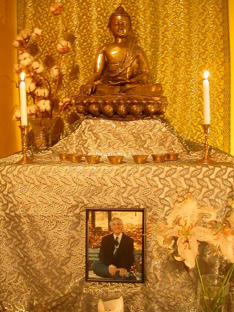 Le bouddha à l'autel du Centre Bouddhiste de l'Ile de France, à Paris 3