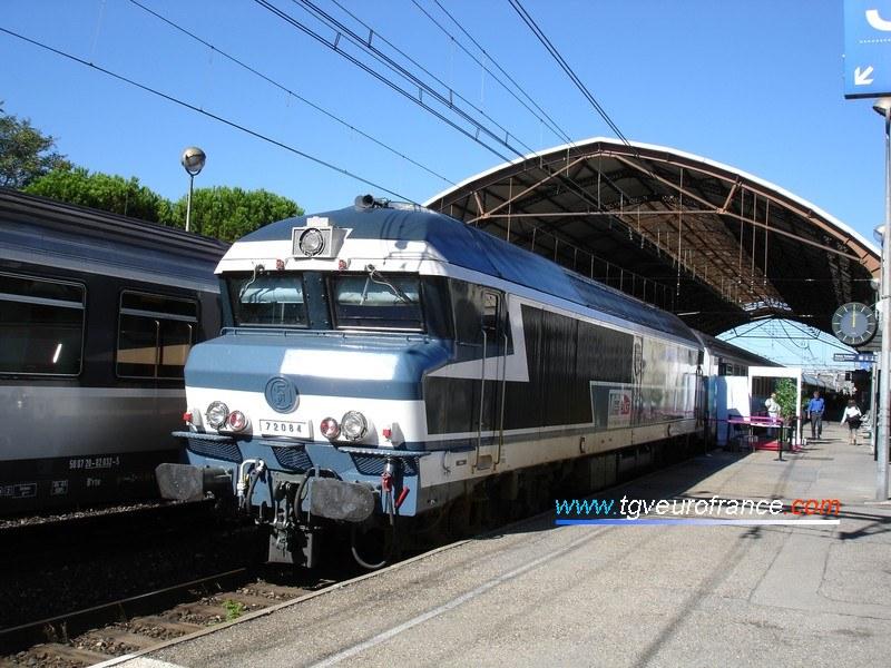 """Une locomotive Diesel-électrique CC 72000 Arzens de la SNCF en gare d'Avignon Centre avec le """"Train du Rugby"""""""