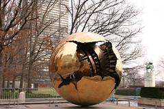 'Sphère dans une sphère', sculpture en bronze d'Arnaldo Pomodoro, mesurant 3.3 mètres de diamètre, cadeau du gouvernement italien aux Nations Unies. Cette sculpture se trouve dans le parc des Nations Unies, à côté de l'entrée des visiteurs.