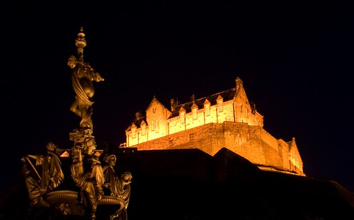 Not only the castle is golden in Edinburgh, the Ross fountain also has this hue.