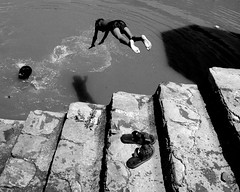 Swimfan. (lecercle) Tags: shadow people india water swim fan divers rajasthan inda alwar abigfave creativecomments lifetravel