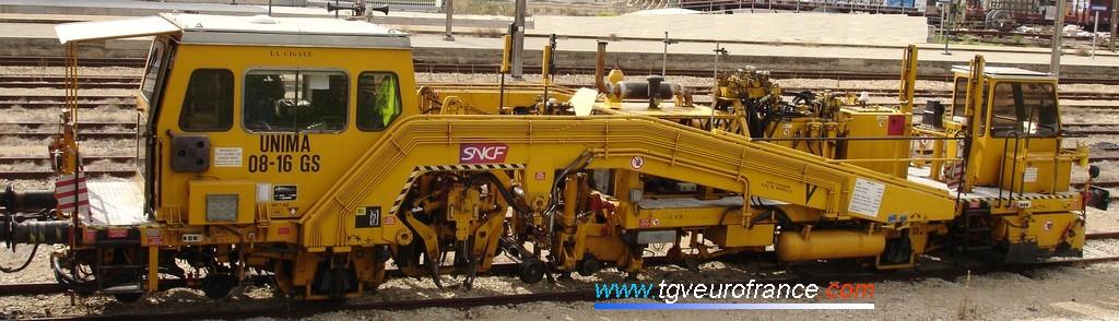 Une bourreuse 08-16 GS Framafer de la SNCF