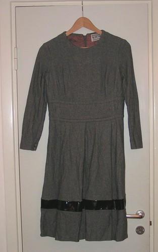 N:s grå klänning.