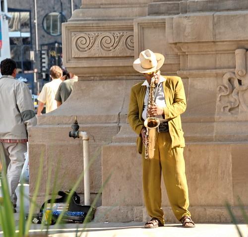 Man met hoed en sax