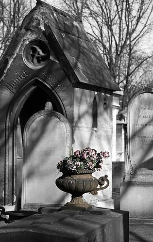 Graves_@_Montmartre_Cemetery,_Paris