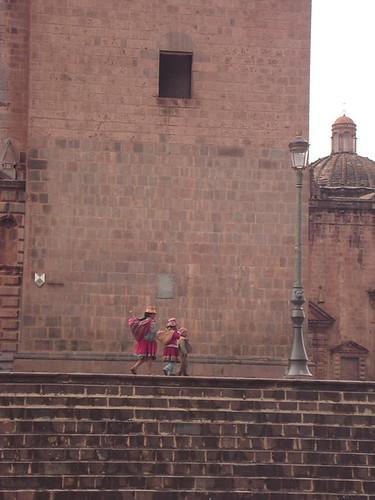 escena tipica frente la catedral del cuzco