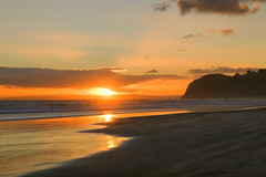 A perfect end to the day (borealnz) Tags: sunset sea newzealand cloud sun beach landscape sand searchthebest otago dunedin stkilda otagonz specland theworldthroughmyeyes abigfave impressedbeauty borealn