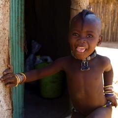 Namibie : Mouvement (KraKote est KoKasse.) Tags: africa portrait square african culture tribal safari crete bracelet afrika tribe ethnic frontpage namibia tribo langue himba carr afrique ethnology tribu namibie tribus 10faves ethnie seenonexplore krakote spontaneit forcont wwwkrakotecom valeriebaeriswyl
