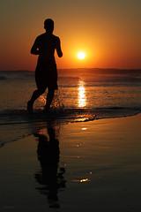 Caminhadas na praia... (Zéza Lemos) Tags: portugal praia puestadelsol pordesol areia algarve sol pôrdosol vilamoura reflexos reflections mar água water oceano ondas