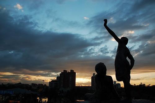 雕像前的夕陽
