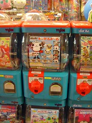 Gashapon (jpellgen) Tags: 2005 japan toys japanese march asia hellokitty sony machine cybershot disney sanrio  nippon minniemouse gashapon kanazawa nihon ishikawa kaga thomasthetrain yujin gacha dscp92 toycapsules  marshofgold