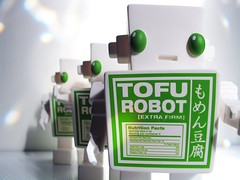 03032007_05.jpg (spicybrown) Tags: robot tofu japanesetoy vinyltoy tofurobot spicybrown kazukoshinoka junkonatsumi