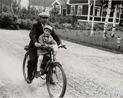 Kalle och Nisse (YlvaS) Tags: old boy man bicycle vintage photography photo 1930s sweden antique picture photograph 30s oldfamilyphotos 1937 cykel vintagebike sandviken vintagevehicle vintagekid fordon gstrikland trettiotalet cforcycle gammaltfotografi nilsfahln