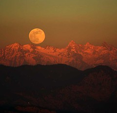 Himalayan Moonrise (swamysk) Tags: sunset orange moon india snow mountains canon 350d evening shimla simla topf50 bravo flickr honeymoon searchthebest dusk peak luna hills fave moonrise jagged peaks himachal himalayas himachalpradesh kufri beautifulearth greatsky lpbesttravel swamysk theroadtoheaven lifetravel