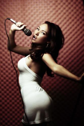 フリー画像| 人物写真| 女性ポートレイト| ラテン系女性| ドレス| 歌う| ボーカル|     フリー素材|