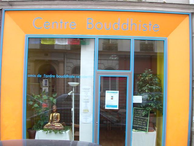 En face du Centre Bouddhiste de l'Ile de France, à Paris.