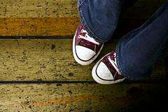 La Chofa's pic (anita gt) Tags: wood flowers flores feet madera shoes floor zapatos jeans converse fiori chucks allstars piso