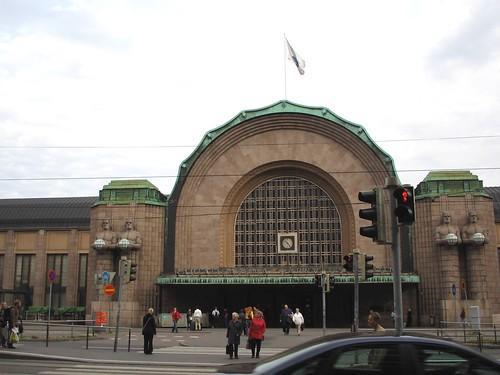 La estación de tren de Helsinki, donde se reúnen habitualmente grupos de inmigrantes