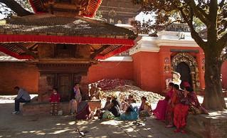 NEPAL, Kathmandu (before eathquake) - unterwegs in der Altstadt,  Plausch am Tempel, 15073/7706