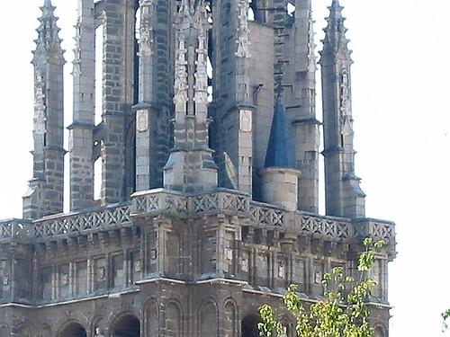 Detalle de la torre de la Catedral desde la Plaza del Padre Juan de Mariana.
