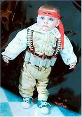 Palestijnse baby met bomgordel en rode Hamas-hoofdband