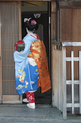 Maiko entering teahouse (bycolley) Tags: japan geisha gion