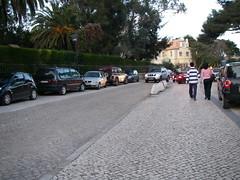 Carros estacionados no passeio