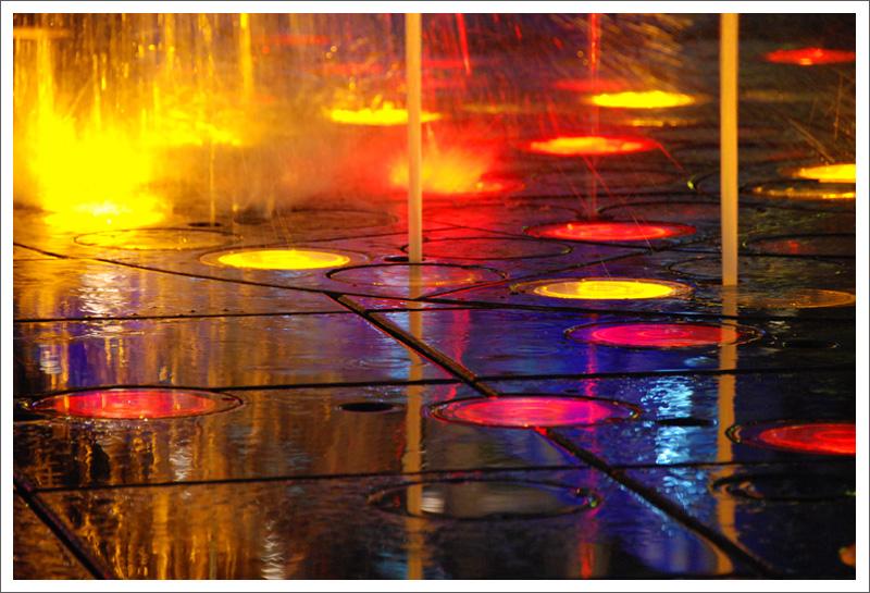 噴水池下的燈光