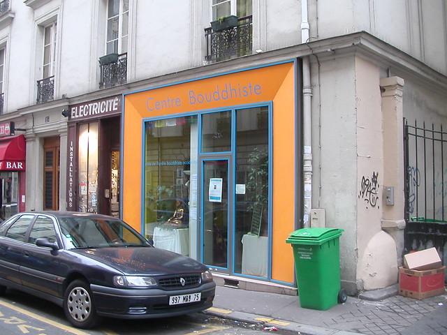 En face du Centre Bouddhiste de l'Ile de France, à Paris 4.