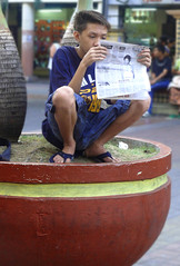 news read (jobarracuda) Tags: news lumix avenida newspaper philippines streetscene pinoy tabloid quiapo fz50 panasonicfz50 jobarracuda
