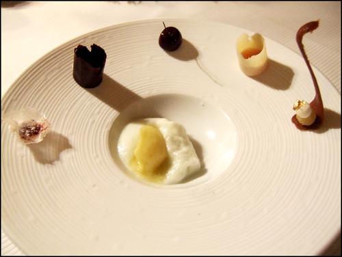 Pierre Gagnaire (Paris) - Gorgonzola fermentation naturelle, gnocci de potimnarron, Bouillon d'Emmenthal Brie de Meaux, barbe de capucin