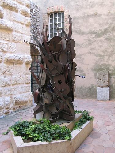 escultura guitarras en museo picasso