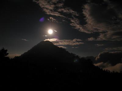 月色中的池有山