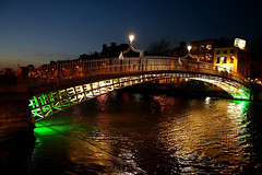 Ha'penny Bridge (Dave G Kelly) Tags: bridge ireland sunset dublin verde green water rio gua night ro digital canon river lens pie puente evening noche agua europa europe footbridge fiume vert rivire irland ponte liffey pont noite grn 1855 canoneos350d nuit notte deau piede hapenny dublino irlanda irlande hapennybridge  halfpennybridge    dubln  ponticello    interestingness317  leurope interestingness267 i500         nachtbrcke dellacqua   january2007 superaplus  fluwasser fussbrcke          lens1855