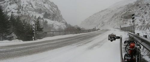 Snowy descent down from Refahiye, Turkey / アイスバーンの下り坂(トルコ、レファヒエ町付近)
