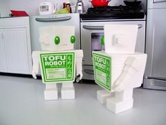03042007_08.jpg (spicybrown) Tags: robot tofu japanesetoy vinyltoy tofurobot spicybrown kazukoshinoka junkonatsumi