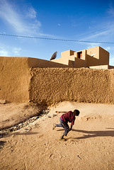 Castle on the Rubbish Street (Swiatoslaw Wojtkowiak) Tags: africa street castle niger contrast rich palace litter pollution villa rubbish mansion waste slum thirdworld agadez