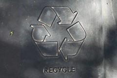 Anglų lietuvių žodynas. Žodis recycling bin reiškia perdirbimo dėžę lietuviškai.