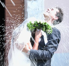 PIOGGIA DI RISO- rice rain - (tommy_flickr) Tags: family wedding party italy nikon italia married rice marriage husband wife emotions ritratto matrimonio 5700 feelings riso gioia sposi abigfave superaplus aplusphoto