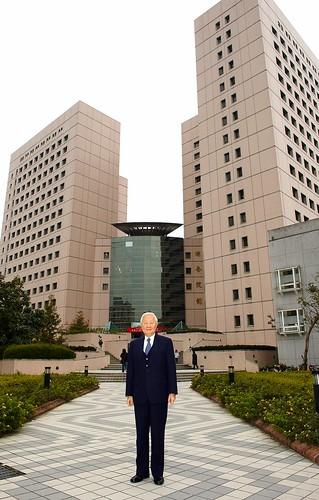 張忠謀先生蒞臨政大演講,於綜合院館前留影DSC_8582