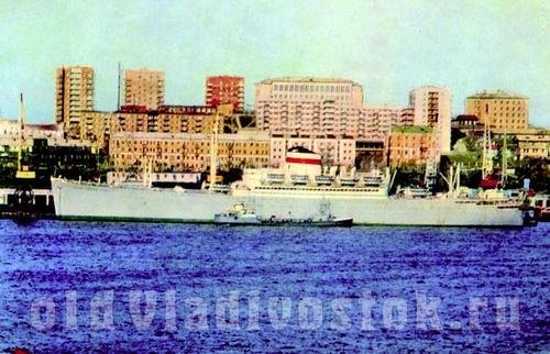 """лайнер """"Советский Союз"""", бывший """"Великая Германия"""", во Владивостоке"""
