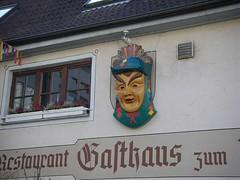 旅館外牆上有大大的木製面具