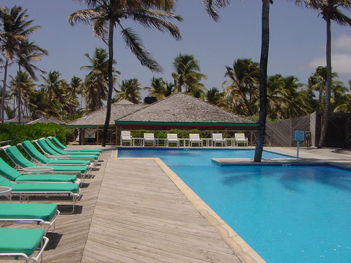 Terraza y piscina del Nisbet Plantation Beach Club