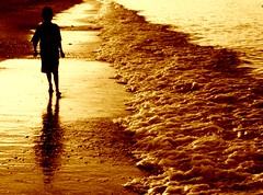Max Mar (Memo Vasquez) Tags: boy sea max luz beach silhouette sonora mxico lafotodelasemana mar bravo searchthebest playa amanecer silueta nio sancarlos memovasquez abigfave superbmasterpiece beyondexcellence maxmar lfs032007 thegoldproject
