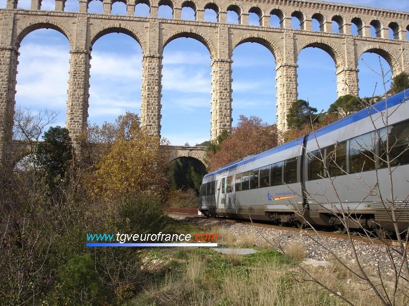 Un autorail XTER de la Région Provence-Alpes-Côte d'Azur passant sous l'aqueduc de Roquefavour (Bouches-du-Rhône)