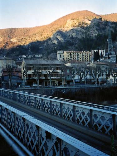 Paddock Café :: 橋のたもとから見た Nice の山村