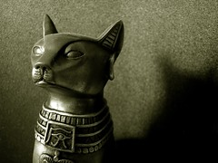 God (Rodrigo Neves) Tags: blackandwhite bw macro statue closeup cat nikon kat chat god pb gato coolpix estatua deity deus bastet 2100